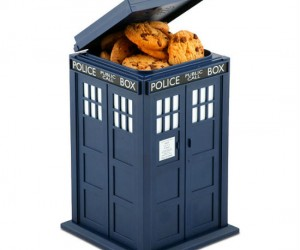 Fan of Doctor Who? Fan of cookies? Then why not combine both your loves with the Doctor Who TARDIS cookie jar… Plus it lights up and makes sounds when you